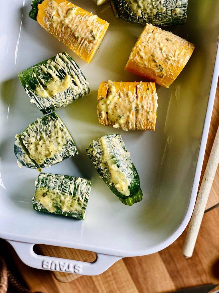 Hasselback Zucchini mit Kräuterbutter noch roh im Bräter