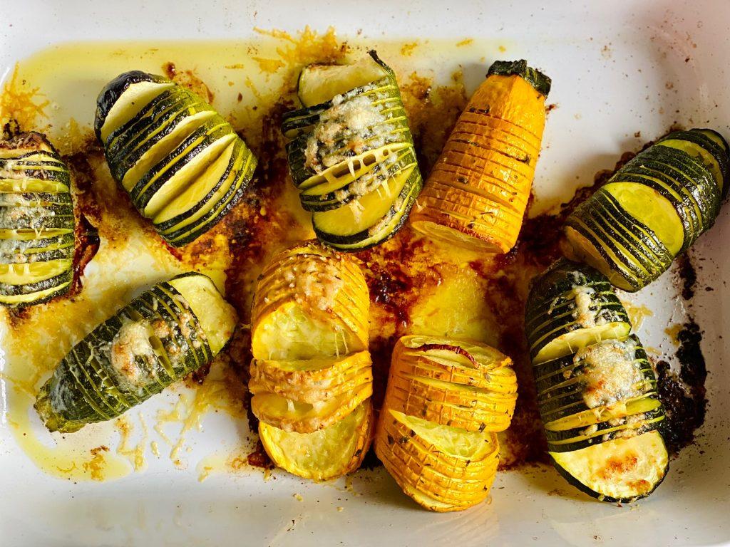 Hasselback Zucchini mit Kräuterbutter gebacken von oben fotografiert