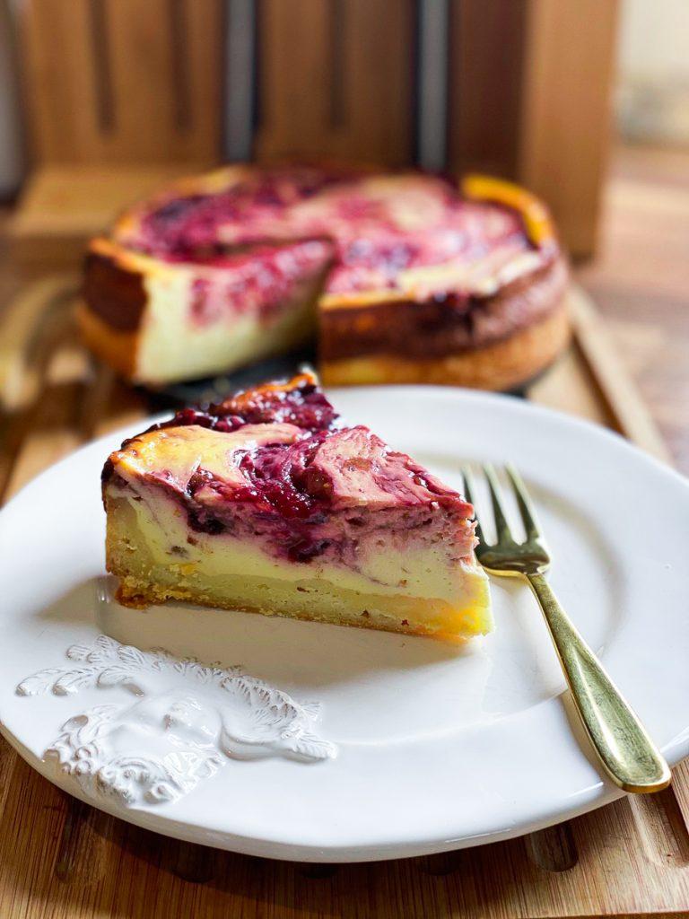 Schlanker Zwetschgen Swirl Cheesecake, angeschnitten