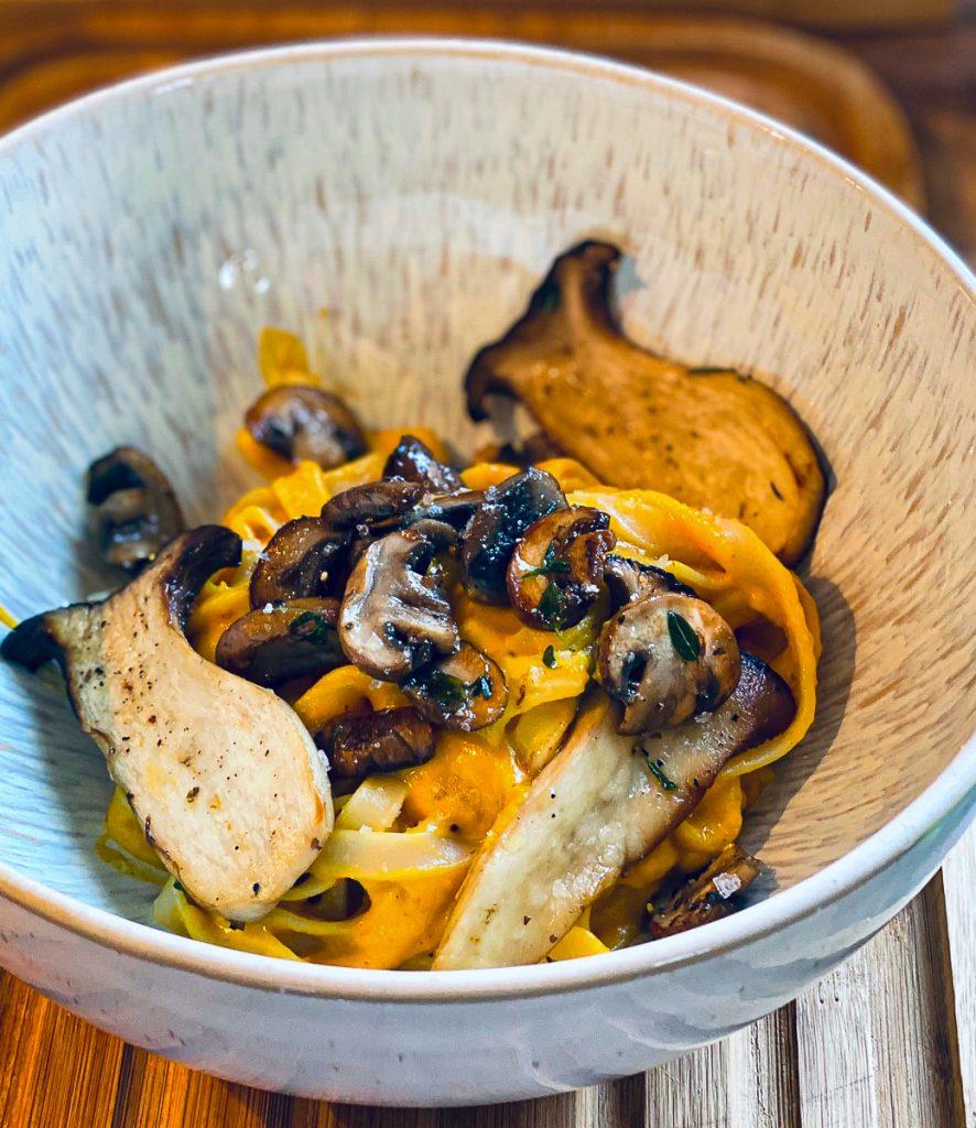 Kürbisse, Pasta und gebratene Pilze