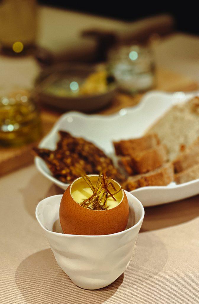 Kartoffelcreme mit Trüffelspänen im Ei serviert
